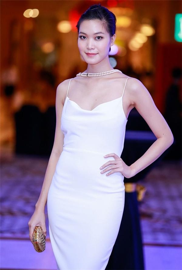 Trong một buổi diễn thời trang do kênh truyền hình hàng đầu thế giới tổ chức, Thùy Dung đến tham dự với tư cách khách mời đặc biệt. Cô diện bộ váy hai dây tông trắng khá gợi cảm.