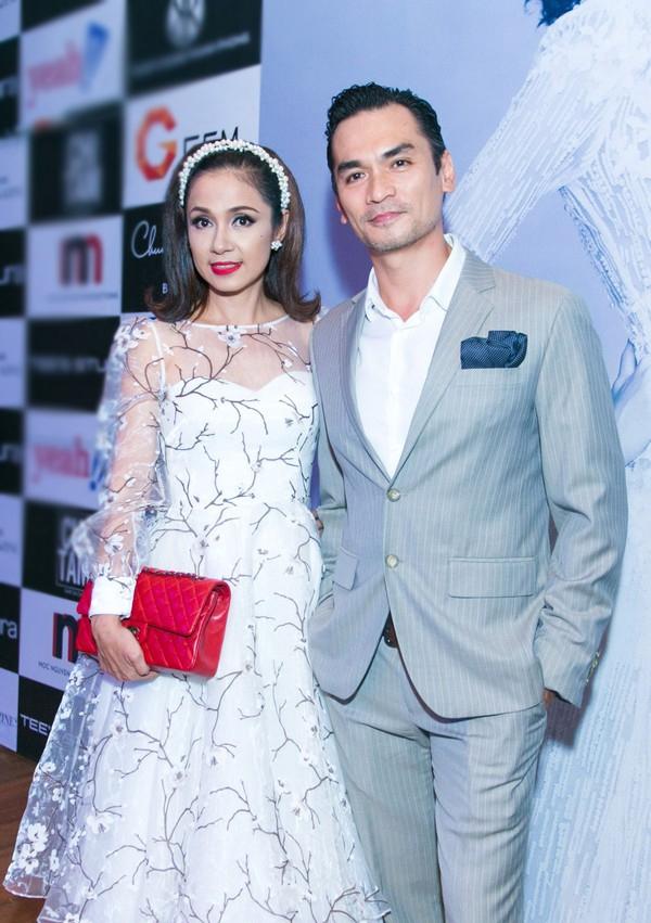 Tối qua, khi tham dự show diễn kỉ niệm 5 năm làm nghề của nhà thiết kế Chung Thanh Phong, nữ diễn viên Việt Trinh vô cùng trẻ trung, rạng rỡ khi diện bộ váy hoa bồng xòe.