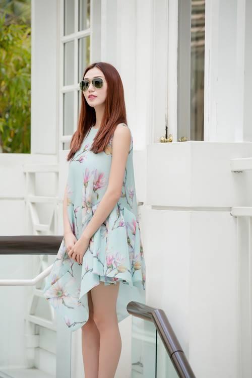 Người mẫu Thùy Dương và Khánh My cùng diện mẫu váy có phom rộng với họa tiết hoa mộc lan nhẹ nhàng, tinh tế.