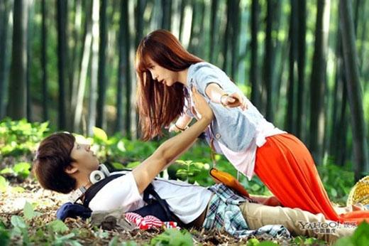 Yoon Shi Yoon có cảnh quay lỡ tay động chạm vòng một người đẹp Lý Phi Nhi trong bộ phim truyền hình Quán mì hạnh phúc.