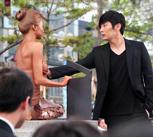 Trong Two Weeks, người đẹp In Hye (Park Ha Sun) đã hoá thân thành nàng tiên cá để tuyên truyền cho Liên hoan phim quốc tế Busan lần thứ 9. Khi này, vì muốn kiểm chứng xem đây là tượng thật hay người đóng giả, anh chàng Tae San (Lee Jun Ki) đã chạm tay vào ngực In Hye, khiến cô nàng như chết lặng.