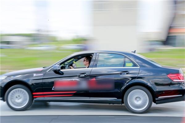 Và trải qua thử thách lái xe tốc độ cao nhưng an toàn. - Tin sao Viet - Tin tuc sao Viet - Scandal sao Viet - Tin tuc cua Sao - Tin cua Sao
