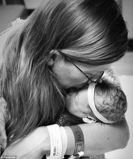 """Hình ảnh """"mẹ ôm bé chết lưu"""" lay động triệu trái tim cộng đồng mạng"""
