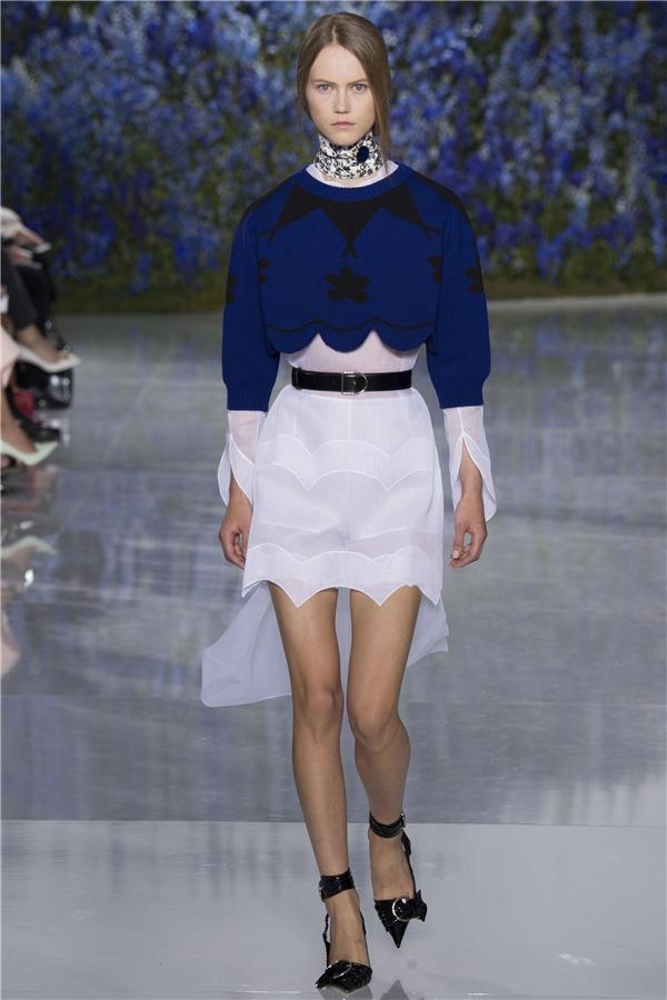 Mê mẩn với sàn diễn tràn ngập hoa phi yến của Dior
