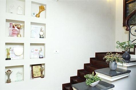 Cầu thang được tận dụng để trang trí và trưng bày các giải thưởng mà cô nhận được trong suốt quá trình đi hát của mình. - Tin sao Viet - Tin tuc sao Viet - Scandal sao Viet - Tin tuc cua Sao - Tin cua Sao
