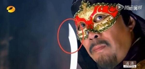 Nhân vật mới phóng ra một dao...