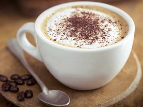 Một trong những thói quen buổi sáng nên tránh xa là thưởng thức cà phê trên giường ngủ. Uống một tách cà phê sẽ khiến bạn tỉnh táo hơn để bắt đầu ngày mới nhưng uống ngay trên giường ngủ khi mới thức dậy đồng nghĩa với việc lúc này bạn chưa đánh răng.