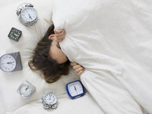 Thức dậy muộn cũng không hề có lợi. Điều này khiến cơ bắp không được thư giãn, lưu thông máu, chân tay bạn cũng vì thế bị tê mỏi, cơ thể ê ẩm, khó chịu chính vì thế sẽ khiến bạn lười hoạt động, cả ngày cứ ở trong trạng thái mệt mỏi như thế.