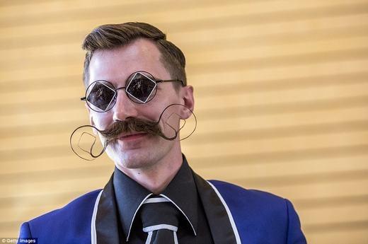 Bộ râu tông-xuyệt-tông với mắt kính. (Ảnh: Getty Images)