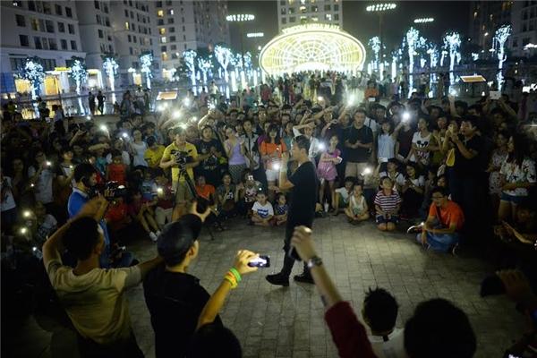 Khán giả lập tức bật đèn flash và hát theo gây xúc động mạnh