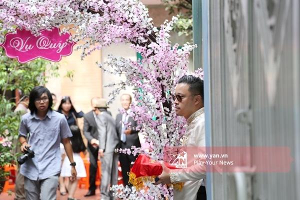 Không gian trước nhà cô dâu được trang trí cổng hoa rực rỡ. - Tin sao Viet - Tin tuc sao Viet - Scandal sao Viet - Tin tuc cua Sao - Tin cua Sao