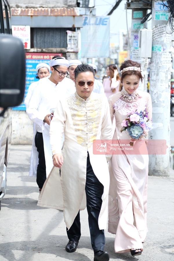 Victor Vũ cũng chọn trang phục áo dài cách tân hiện đại cho ngày vui đôi lứa. - Tin sao Viet - Tin tuc sao Viet - Scandal sao Viet - Tin tuc cua Sao - Tin cua Sao