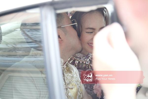 Nam đạo diễn hạnh phúc hôn vợ sắp cưới cực lãng mạn ngay khi bước lên xe hơi. - Tin sao Viet - Tin tuc sao Viet - Scandal sao Viet - Tin tuc cua Sao - Tin cua Sao