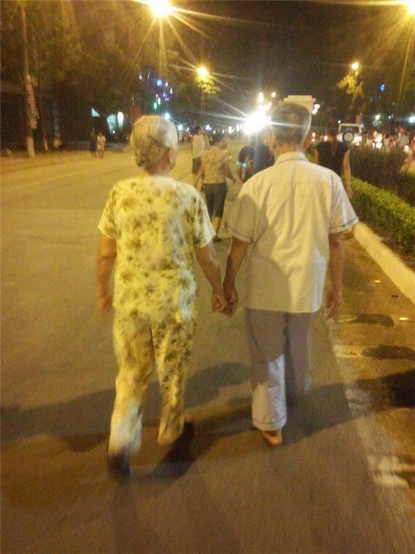Dù đường đời có dài tới đâu, phía trước nhiều chông gai hay khó khăn nhưthế nào thì cũng chỉ cần có một người bên cạnh, nắm thật chặt tay ta và cùng bước qua. Vậy là đủ đầy! (Ảnh: Internet)