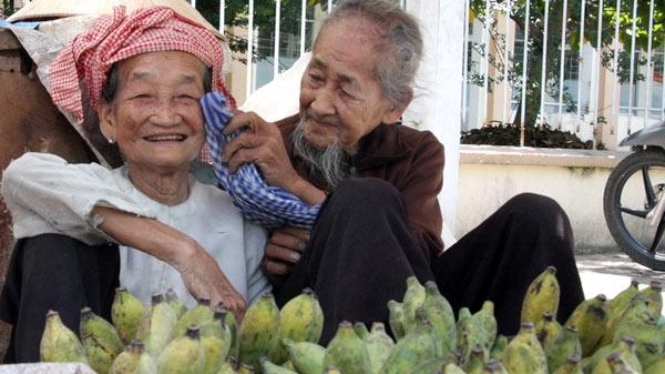 """Niềm hạnh phúc hiện rõ lên gương mặt của cụ bà khi được cụ ông chăm sóc cho ở cái tuổi """"mặt trời xuống núi"""". Hai cụ tới nay dù đều gần 90 nhưng vẫn ngày ngày đi bán hàng mưu sinh. Đặc biệt, hành độngtình cảm của hai cụ dành cho nhau khiến nhữngngười chứng kiến đều vô cùng ngưỡng mộ. (Ảnh: Internet)"""