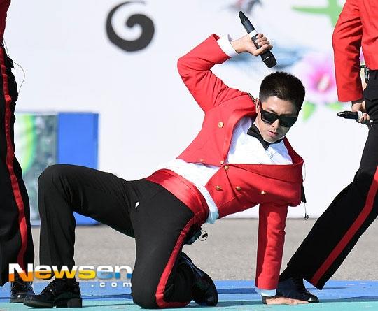 Yunho (DBSK) bẽn lẽn che đũng quần bị rách vì diễn quá sung