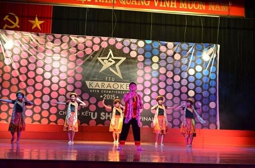 """""""Chiếc khăn Piêu"""" làm cả hội trường sôi động qua phần thể hiện của Công Minh và nhóm múa đến từ ĐH KTQD."""