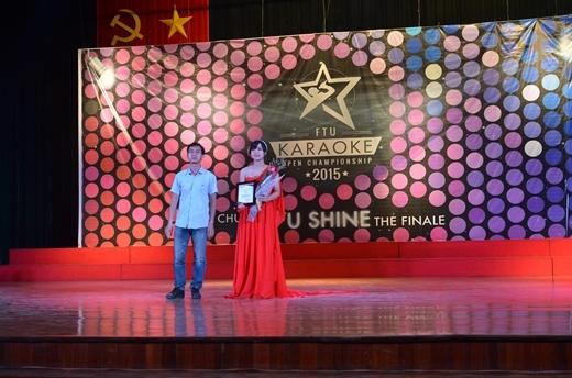 Đại diện nhà tài trợ trao giải nhất của cuộc thi phụ Dareusing trên ứng dụng uSing cũng chính là 1 thí sinh trong đêm chung kết – Đặng Huyền Trang.