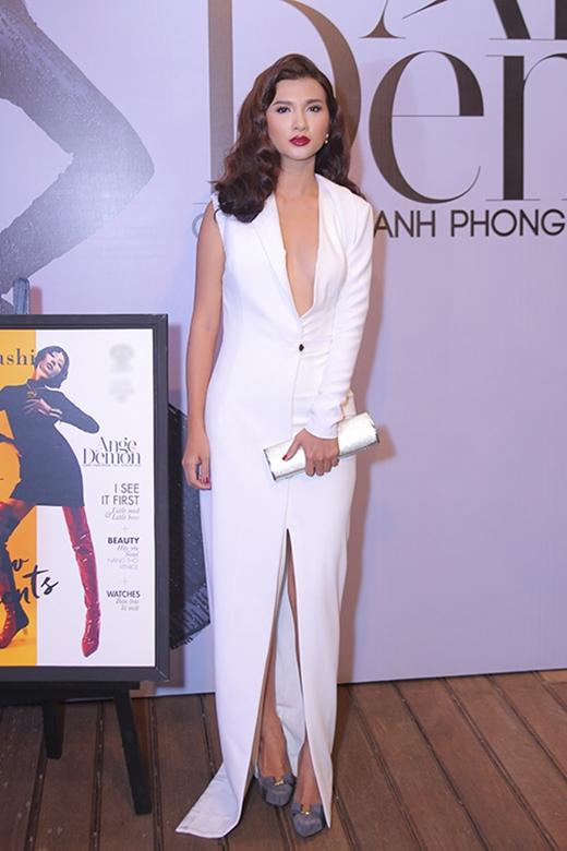 """Tham dự show diễn kỉ niệm 5 năm làm nghề của nhà thiết kế Chung Thanh Phong, nữ diễn viên Kim Tuyến diện bộ váy trắng suông lấy phom từ áo vest truyền thống. Thiết kế khá hiện đại, lạ mắt nhưng chính tông trang điểm quá đậm khiến Kim Tuyến trông """"dừ"""" hơn hẳn."""