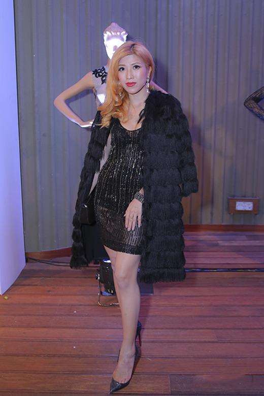Trang Pháp làm mất đi vẻ quyến rũ, gợi cảm vốn có củachiếc váy đen xuyên thấu khi mang thêm áo khoác lông dày cộm bên ngoài.