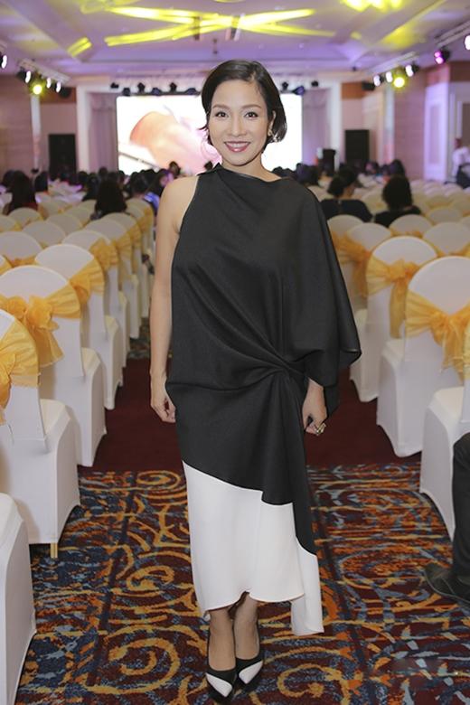 Chiều cao khiêm tốn của diva Mỹ Linh càng bị rút ngắn lại trong bộ váy lửng có cấu trúc bất đối xứng. Thiết kế không xấu nhưng không phù hợp với độ tuổi cũng như thân hình của Mỹ Linh.