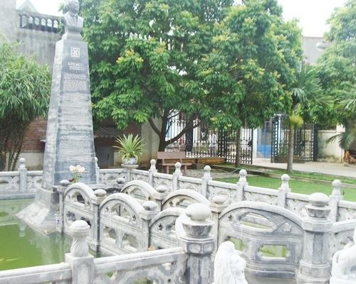 Tấm bia chân dung ghi tài năng và những đóng góp cho xã hội của đại gia Khánh. Toàn bộ phần khuôn viên lăng mộ đều được xếp bằng những khối đá trắng lớn, được mài giũa rất khít