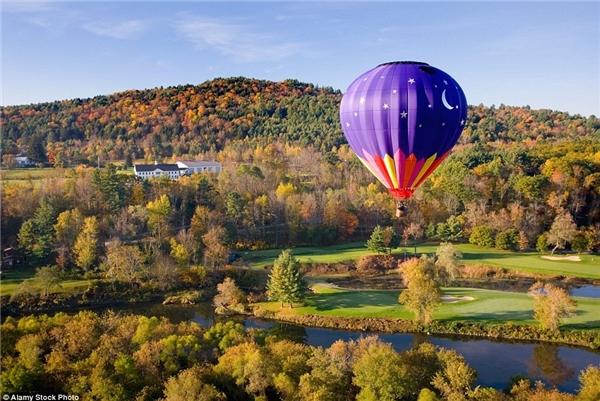 Chiêm ngưỡng phong cảnh mùa thu bên trên những khu rừng rực rỡ từ khinh khí cầu ở Vermont, Mỹ sẽ là trải nghiệm khó quên với bất cứ ai.
