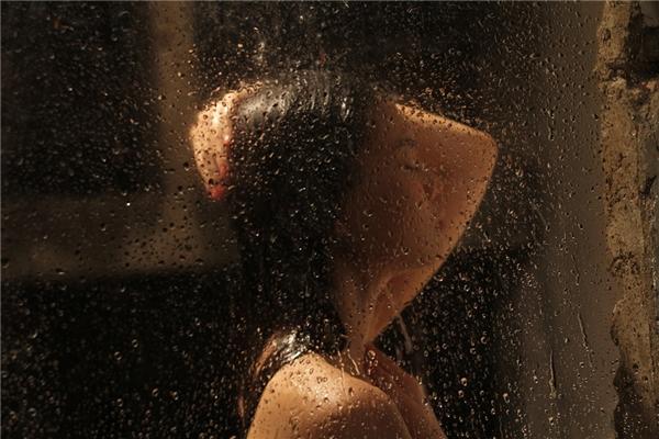 Bên cạnh đó, để thực hiện cảnh quay này, cả ê-kíp đã phải dội hơn 100 gáo nước lên tóc và người của Giang Hồng Ngọc để có được cảnh quay như ý.