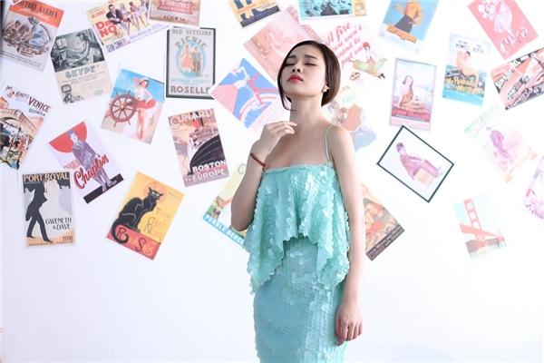 Giang Hồng Ngọc hờ hững khoe đôi vai trần cùng làn da trắng mịn trong chiếc đầm xanh nhã nhặn.