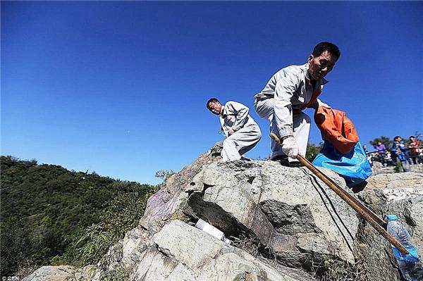 Họ phải mất 15 tiếng mỗi ngày cho việc leo lên xuống và nhặt rác ở vách núi đá cheo leo.(Nguồn: Daily Mail)