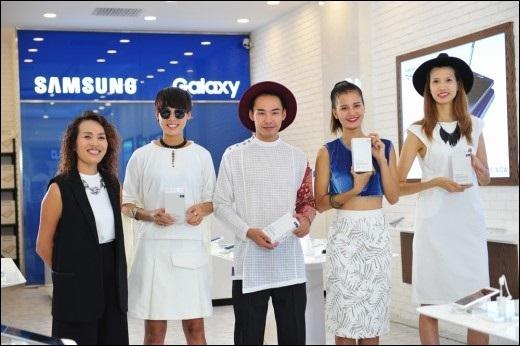 Chị Tạ Thuý Hà (Giám đốc tiếp thị ngành hàng điện thoại di động, Công ty Điện tử Samsung Vina) - thành viên Ban giám khảo trong thử thách quay đoạn phim quảng cáo - tặng món quà đặc biệt Samsung Galaxy S6 edge+ cho 4 thí sinh xuất sắc nhất.