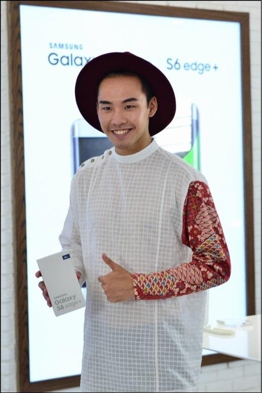 Diễn cặp với Hương Ly trong thử thách quay TVC, Võ Thành An cũng ấn tượng với thiết kế tinh tế của điện thoại này. Bên cạnh đó, những tính năng mạnh mẽ như Live Broadcast (truyền hình trực tiếp), Video cắt ghép (Video Collage), hay Steady Video (chống rung khi quay phim) cũng rất thu hút anh chàng.