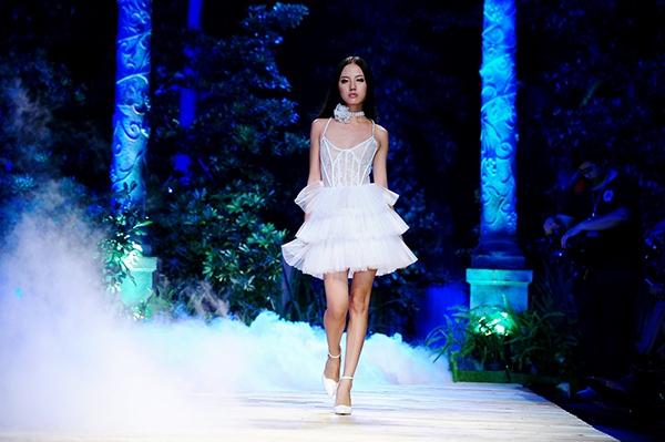 Thanh Vy trong show diễnkỉ niệm 5 năm theo đuổi sự nghiệp thời trang của nhà thiết kế Chung Thanh Phong.