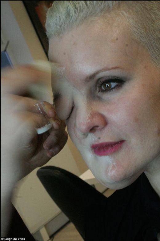 Leigh đã bỏ ra 3 tháng để hoàn thiện khuôn mặt dị dạng cùng với Shaune Harrison. (Ảnh: Internet)