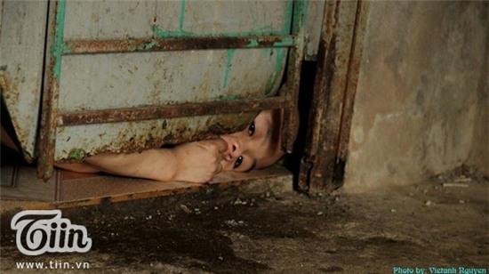 Đôi mắt của bé Thế Anh qua khe cửa sắt hoen gỉ khiến bất cứ ai cũng thấy nghẹn ngào, xót xa.
