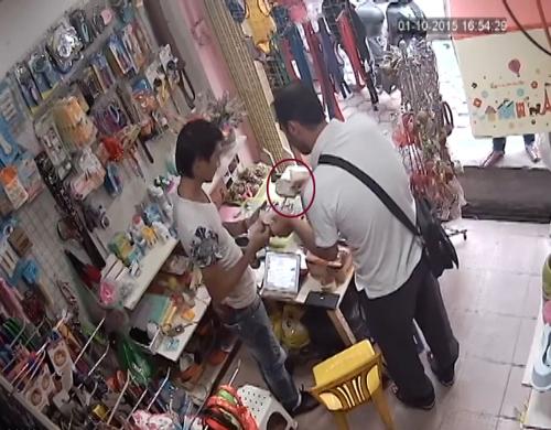 Bất ngờ nam thanh niên rút ra cả sấp tiền đưa cho người nước ngoài. Ảnh: Chụp màn hình