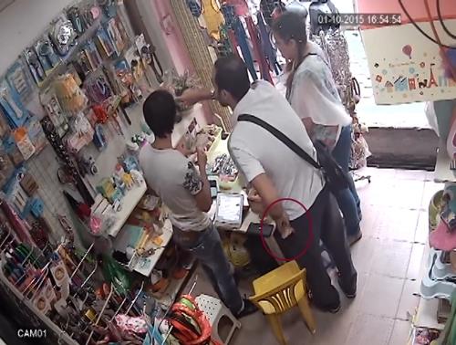 Giở chiêu hỏi mua hàng để nam thanh niên không chú ý nhằm dễ dàng đút tiền vào túi quần. Ảnh: Chụp màn hình