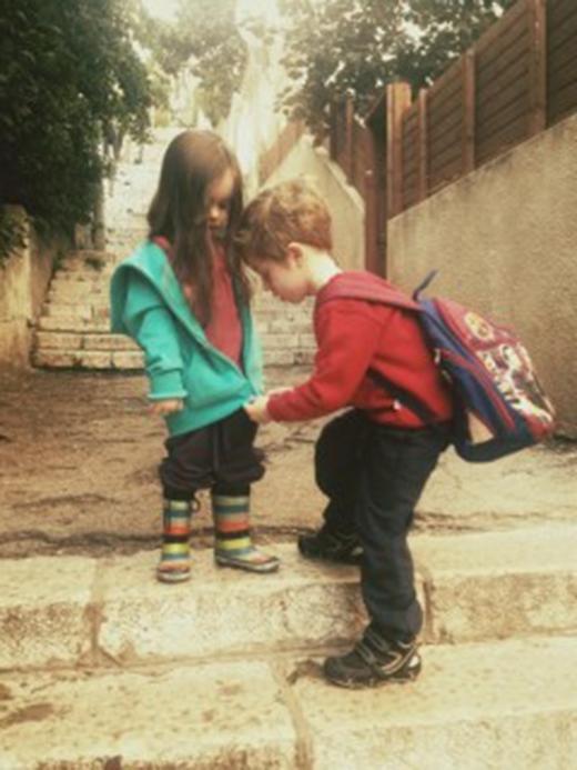 Kể từ ngày hiểu ra rằng bố mẹ mãi mãi không về, cô bắt đầu dựa dẫm vào anh trai vì sợ anh lại bỏ cô mà đi