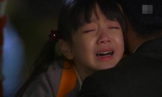 Cô luôn khóc đòi mẹ, anh trai chỉ im lặng và ôm cô vào lòng