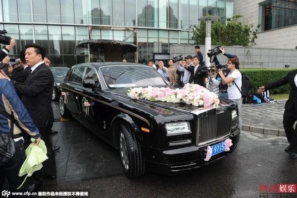 Cận cảnh chiếc xe Roll Royce đưatân lang tân nương tới địa điểm cưới.