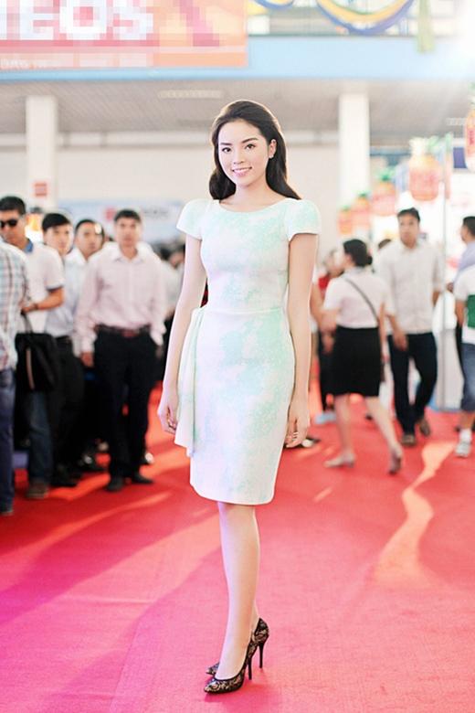 Kỳ Duyên nhẹ nhàng nhưng vẫn đủ tạo nên sức hấp dẫn trong chiếc váy có màu xanh bạc hà dịu mát.