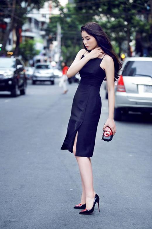 Chiếc váy cổ yếm vuông này từng được xem là một khoảnh khắc lột xác dáng ghi nhận của Kỳ Duyên. Dường như với Hoa hậu Việt Nam 2014, sự đơn giản, sang trọng luôn là những yếu tố giúp cô tỏa sáng và ghi điểm tuyệt đối.