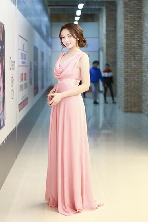 Bộ váy hồng nhẹ nhàng cũng phần nào giúp Kỳ Duyên thể hiện được sự điệu đà, nữ tính nhưng điểm trừ cho cô ở phần làm tóc không mấy phù hợp.