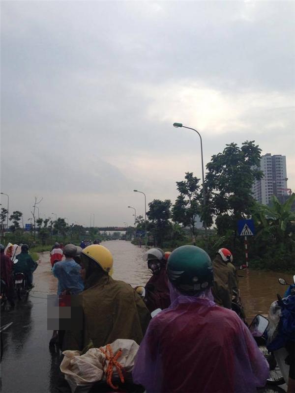 Hà Nội: Kẹt xe kinh hoàng, hàng ngàn người trễ giờ đi làm