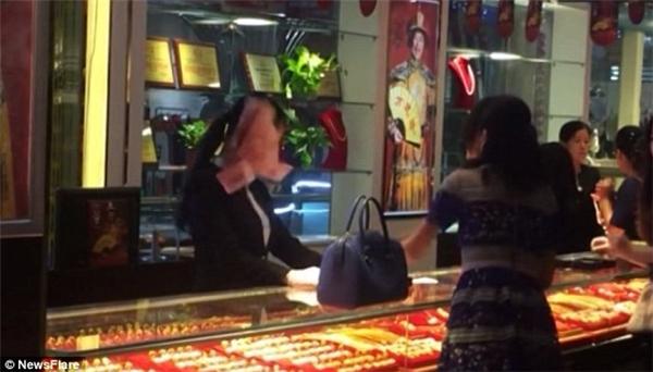 Cô nhân viên bị ném trúng cả một số tiền lớn. Ảnh: Internet