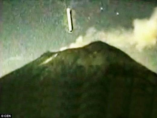 Vật thể lạ sau đó lơ lửng rồi đâm xuống núi. (Ảnh: CEN)