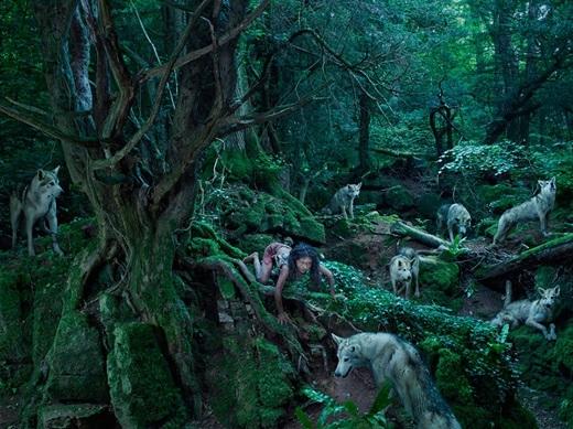 Năm 1845, người ta trông thấy một cô gái chạy bằng tứ chi, cùng một bầy sói tấn công đàn dê.