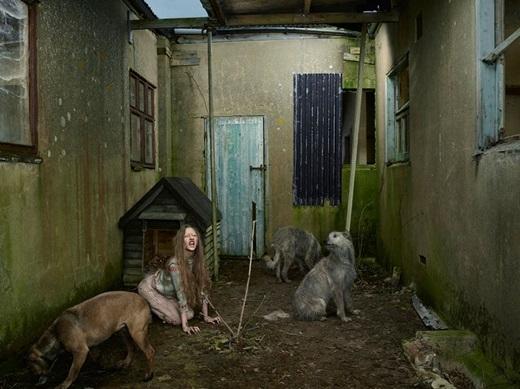 Khi được người ta tìm thấy vào năm 1991, Oxana đang sống cùng với những con chó hoang trong cái chuồng chó.