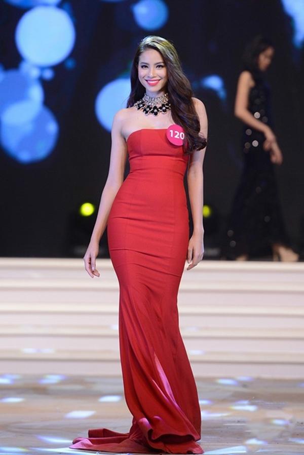 Trong buổi tổng duyệt, cô lại chọn bộ váy đỏ ôm sát của nhà thiết kế Công Trí kết hợp với vòng cổ họa tiết to bản.