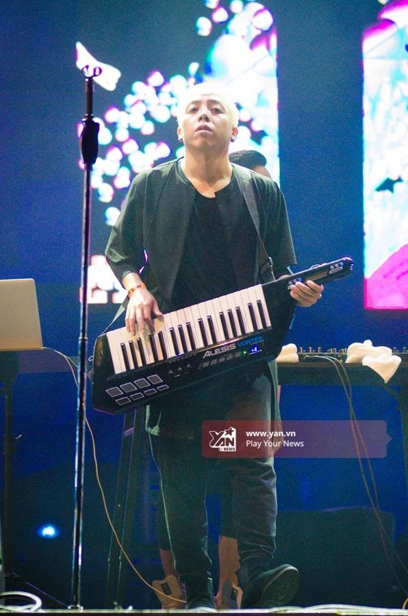 Hoàng Touliver khoe khả năng chơi đàn cực chất trên sân khấu. - Tin sao Viet - Tin tuc sao Viet - Scandal sao Viet - Tin tuc cua Sao - Tin cua Sao